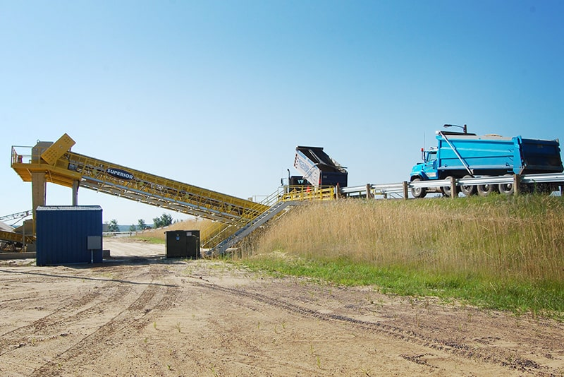 Truck unloading via Stationary Truck Unloader | Superior Industries